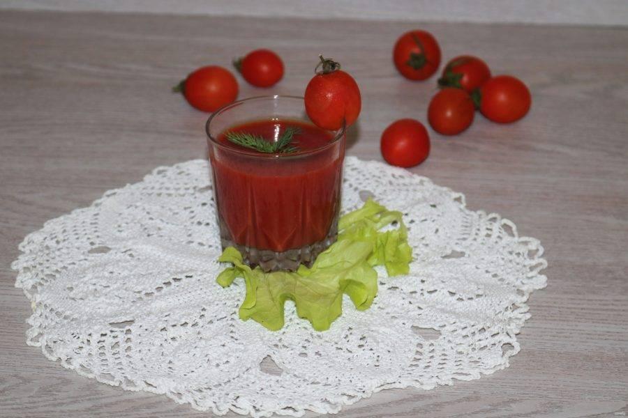В воду добавьте томатную пасту, щепотку соли и перец. Хорошо всё перемешайте.