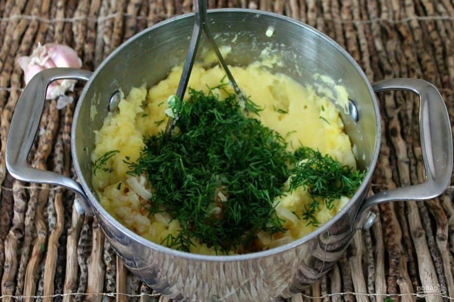Лук режем, обжариваем и высыпаем в картофель, добавляем порезанный укроп.