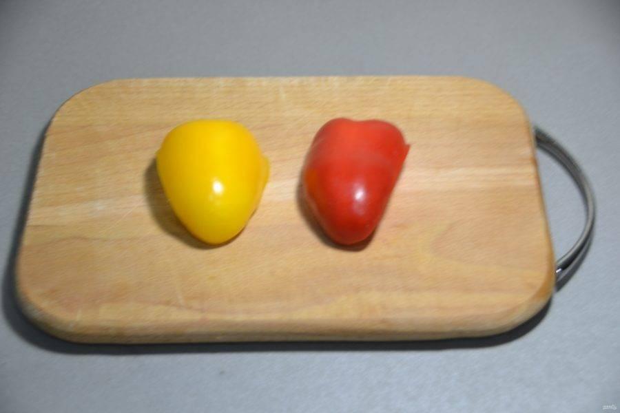 Возьмите по одной дольке желтого и красного болгарского перца.