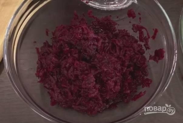 1. Начнем готовить салат. Отварим свеклу. Когда она остынет, натираем ее на крупной терке.
