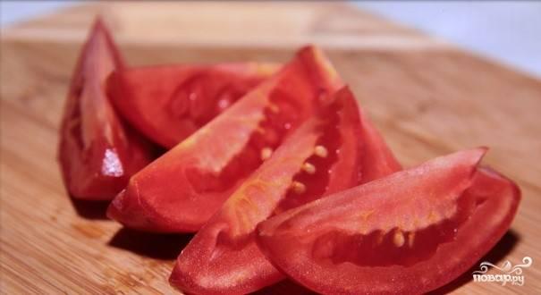 Четвертинками нарезаем помидоры.