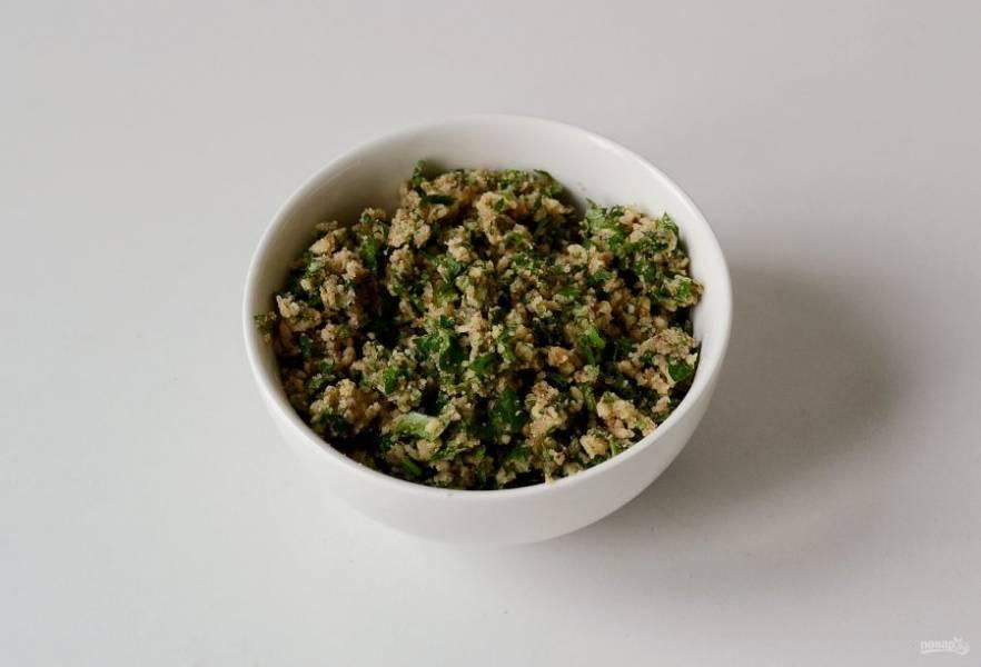 Смешайте в миске грецкие орехи, чеснок, зелень, все специи и соль. Если начинка получается сухой, то можно добавить немного воды.