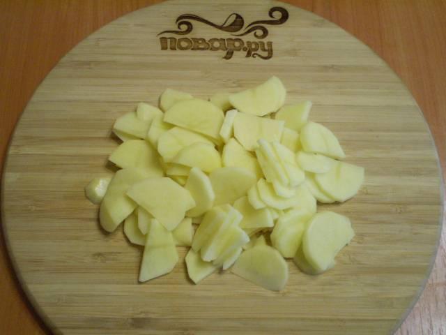 Очистите картофель от кожуры, сполосните под водой. Порежьте слайсами (не слишком тонко).