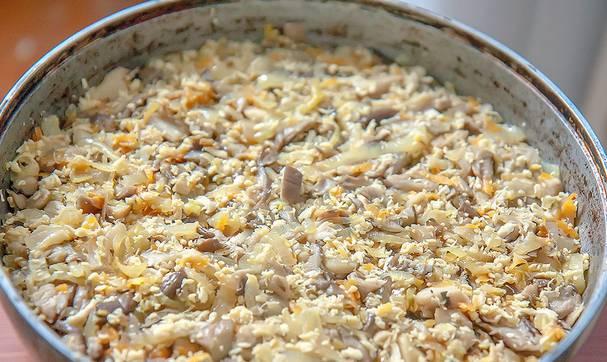 3. Затем идет слой риса (чуть трамбуем все ингредиенты), и смеси со сковороды. Специи - по вкусу.