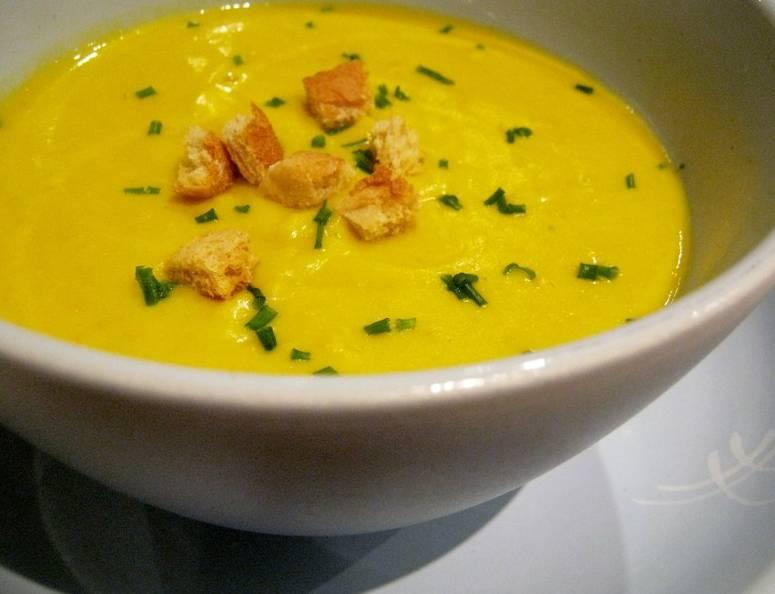 Готовый суп из тыквы и кабачков можете подавать как горячим, так и холодным (перед подачей держите в холодильнике).  Подавать рекомендую суп с сухариками и зеленью.