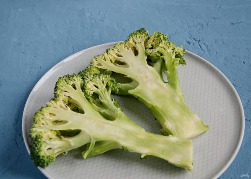 Нарежьте брокколи вдоль на плоские стейки.
