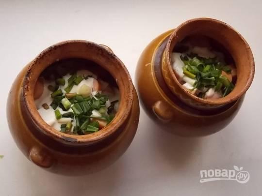 7. Можно добавить щепотку свежей зелени и чеснока по вкусу. Накройте крышкой и отправьте горшочки в духовку примерно на часик. Подавайте к столу блюдо горячим.