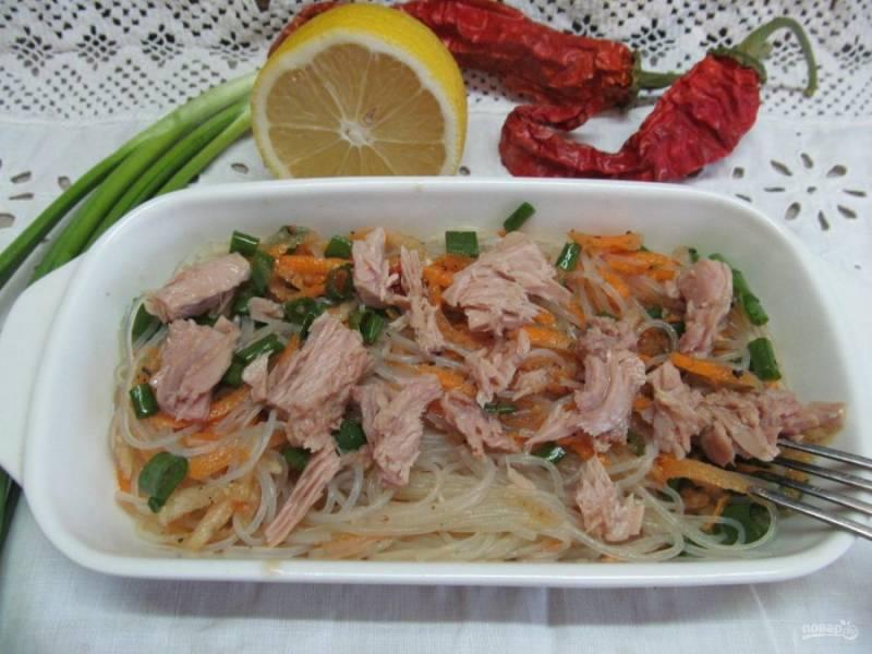 Салат выложите на блюдо, а сверху распределите кусочки консервированного тунца. Приятного аппетита!