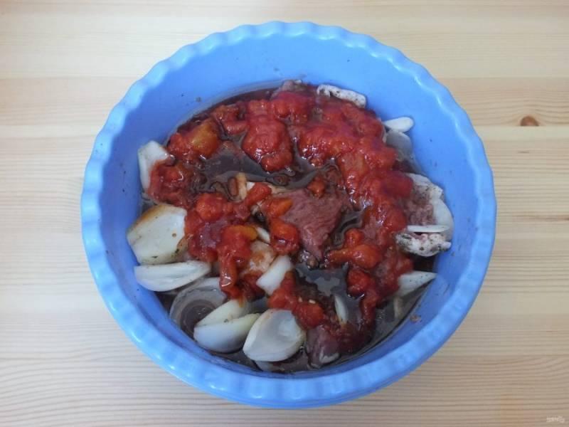 Добавьте специи, мякоть помидоров, соевый соус и растительное масло.