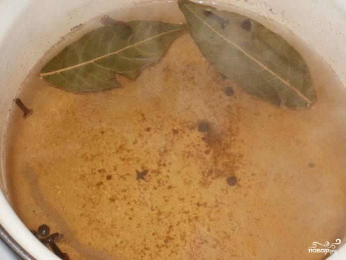 3.Для маринада в кастрюлю наливаем 1 литр воды, добавляем все специи, кроме уксуса, и варим 10 минут, после чего выключаем огонь, немного остужаем жидкость и вливаем туда уксус.