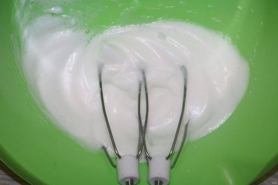Яичный белок взбейте с щепоткой соли.