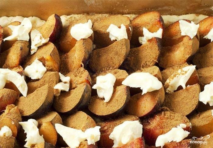 Вот в таком виде пирог ставим в разогретую до 200 градусов духовку. Запекаем около получаса до готовности.
