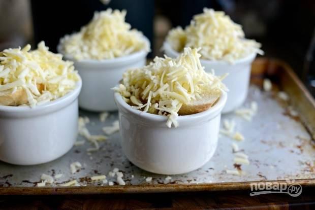 11. И вновь выложите багет, а сверху — оставшийся сыр.