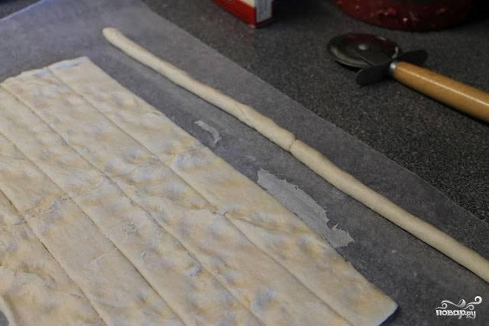 Разрезаем наше тесто на 6 длинных полосок, каждую из которых скатываем в жгут.