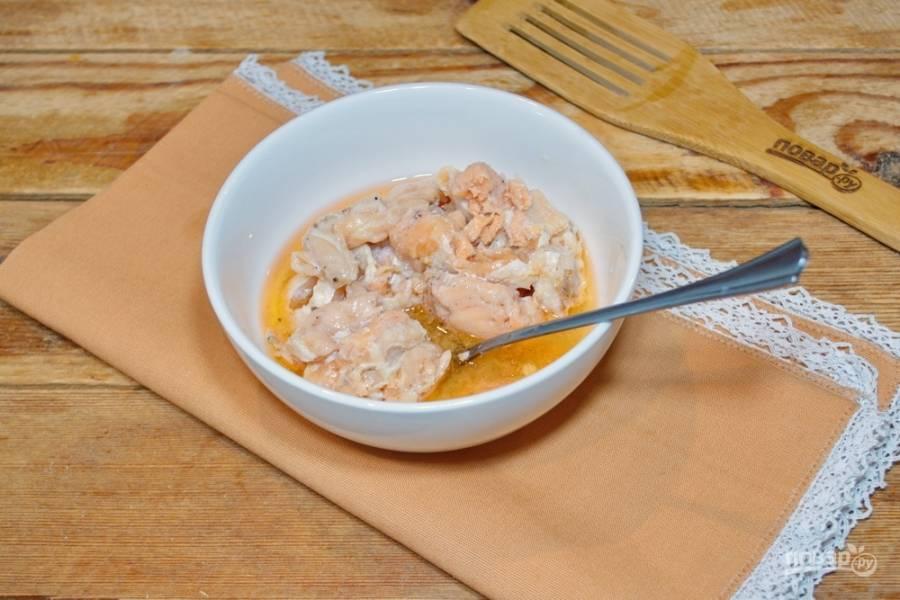 В миску переложите лосось (у меня консерва). Разомните вилкой. Если попадутся кости, извлеките их.