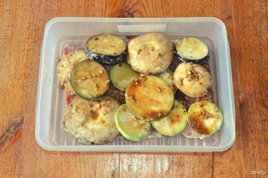 Выложите овощи в контейнер к мясу и можно сразу отправляться на природу.