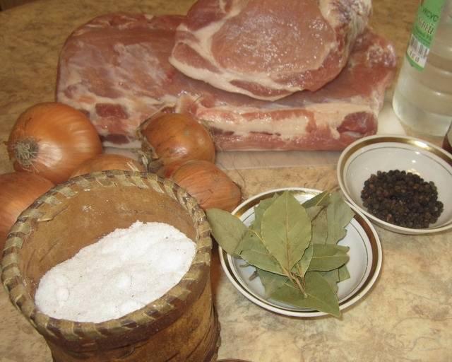 А сейчас возьмемся за маринад. Для этого возьмите мисочку, подготовьте лучок (его нужно будет нарезать кольцами), лаврушку, два вида соли и перчик.
