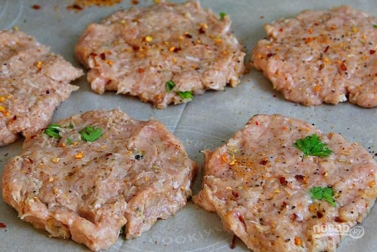 2.Сформируйте котлеты по форме булки для бургера.