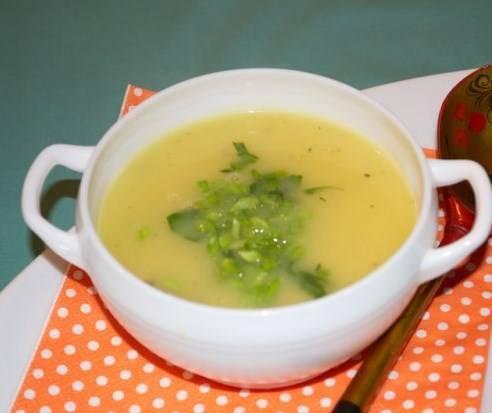 Делаем с помощью блендера суп-пюре.  Готовый суп-пюре картофельный с курицей подаем с зеленью и курицей. Приятного аппетита!
