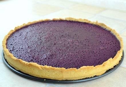 9. Вот пирог со смородиновым вареньем в домашних условиях и готов. Перед подачей его нужно остудить, а затем можно и нарезать. При желании можно украсить сверху сахарной пудрой или ягодами, например.