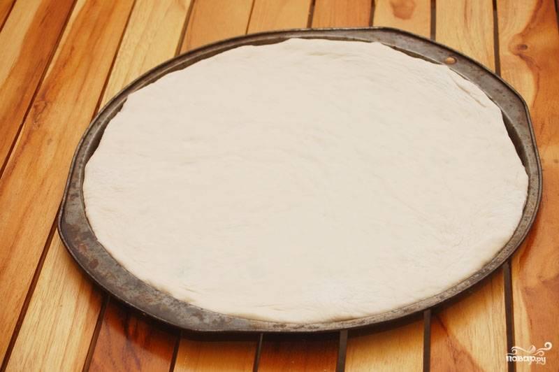 Тесто получается не  очень густым. Тягучим. Тесто для пиццы на пиве готово. Подготовьте начинку и испеките прекрасную, ароматную и вкусную пиццу.