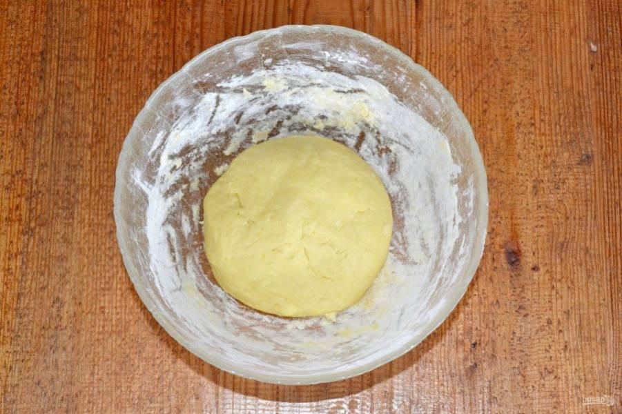 Замесите тесто. Уберите его на 30 минут в холодильник.