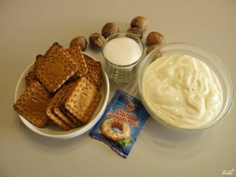 Приготовьте продукты. Печенье нужно брать самое простое песочное. Жирность сметаны также роли не играет, берите любую, у меня 20% жирности.