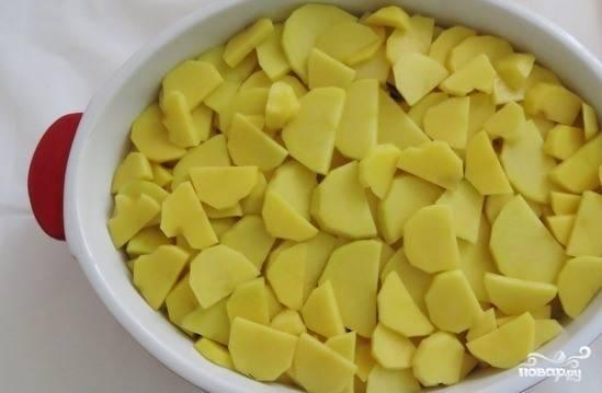 Картошечку очистите и вымойте. Нарежьте тонкими колечками или полукольцами. Выложите поверх мяса в несколько слоев. Не забудьте подсаливать их. Можно посолить всю картошку сразу, перемешав ее с солью в отдельной посудине.