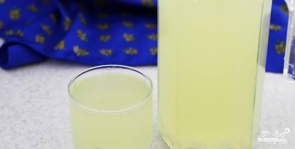 3. По истечении 5 суток удалите воду из банки (она не понадобится). Получившуюся закваску залейте чистой водой. Соедините с медом и сахаром.