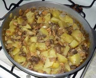 Добавляем порезанные сморчки, жарим еще 5 минут, затем кладем картофель и жарим до готовности. Соль и перец по вкусу.