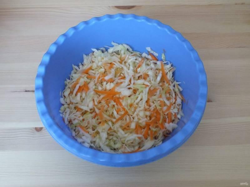 Нашинкуйте тонко капусту, морковь натрите на крупной терке. К капусте добавьте 0,25 ст.л. соли, перетрите, добавьте морковь. Перемешайте.