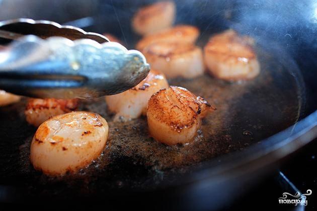 1. Разогреть духовку до 175 градусов. Отварить пасту в течение половины времени, указанного в инструкции. Нагреть 1 столовую ложку оливкового масла и 1 столовую ложку сливочного масла в большой сковороде на сильном огне. Обжарить гребешки около 45-60 секунд с каждой стороны. Выложить на тарелку и отставить в сторону.