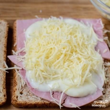 5. На размазанный бешамель выложите тертый сыр.