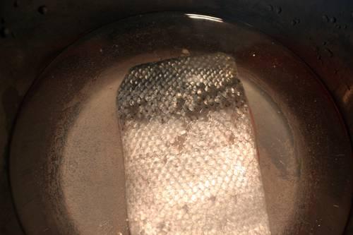 Кусок красной рыбы кладем в кастрюлю, заливаем водой. Доводим до кипения и варим несколько минут.