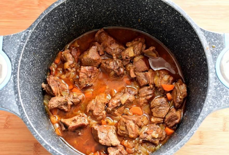Залейте мясо стаканом кипятка и тушите под крышкой до мягкости. Мне попался молодой барашек и я тушила минут 20-25.