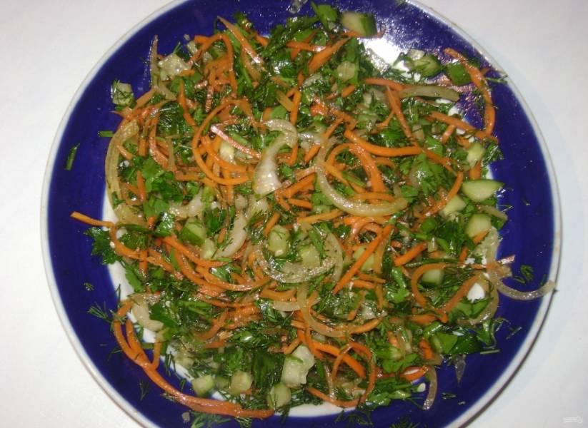 2.Добавляю к подготовленным продуктам морковь по-корейски и перемешиваю.