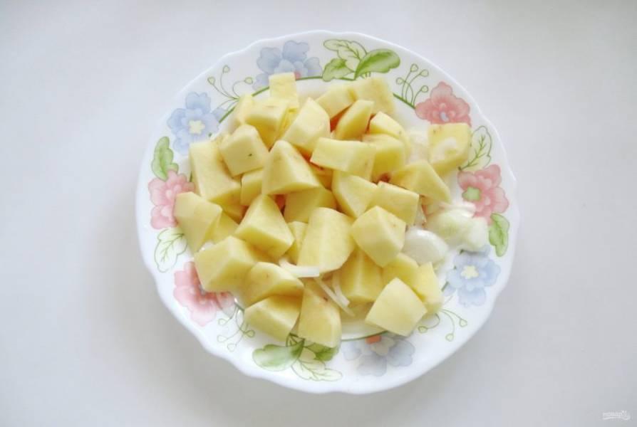 Картофель очистите, помойте и нарежьте по-крупнее.