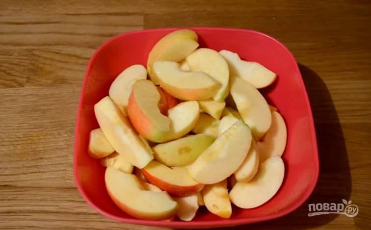2.Яблоки моем и вытираем, затем очищаем от семечек и нарезаем небольшими дольками или кубиком.