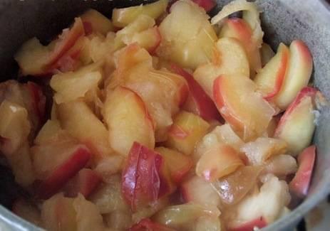 2. Отправляем нарезанные яблоки в кастрюлю, добавляем сахар и воду. Начинаем на медленном огне томить.
