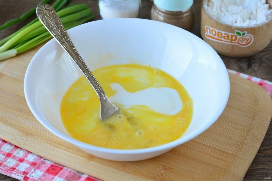 Взболтайте яйца, и влейте кефир. Чуть посолите.