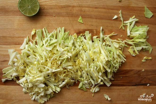 2. Между тем приготовить салат, смешав сок лайма, тонко нарезанный красный лук, соль, перец и йогурт в большой миске. Добавить измельченную кинзу и нашинкованную капусту, перемешать до однородности.