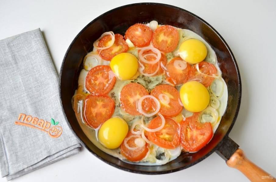 4. Вбейте яйца, посолите, поперчите.
