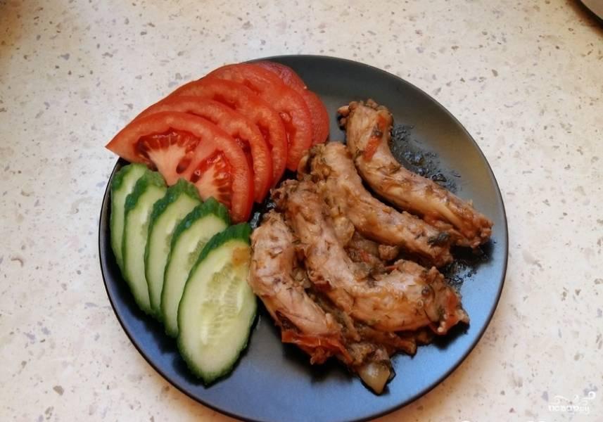 Готовые куриные шейки в мультиварке особенно хороши со свежими овощами. Приятного аппетита!