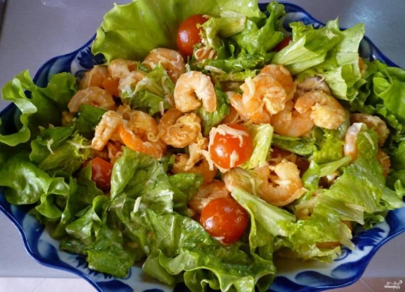 Заправьте салат и перемешайте ингредиенты. Приятного аппетита!