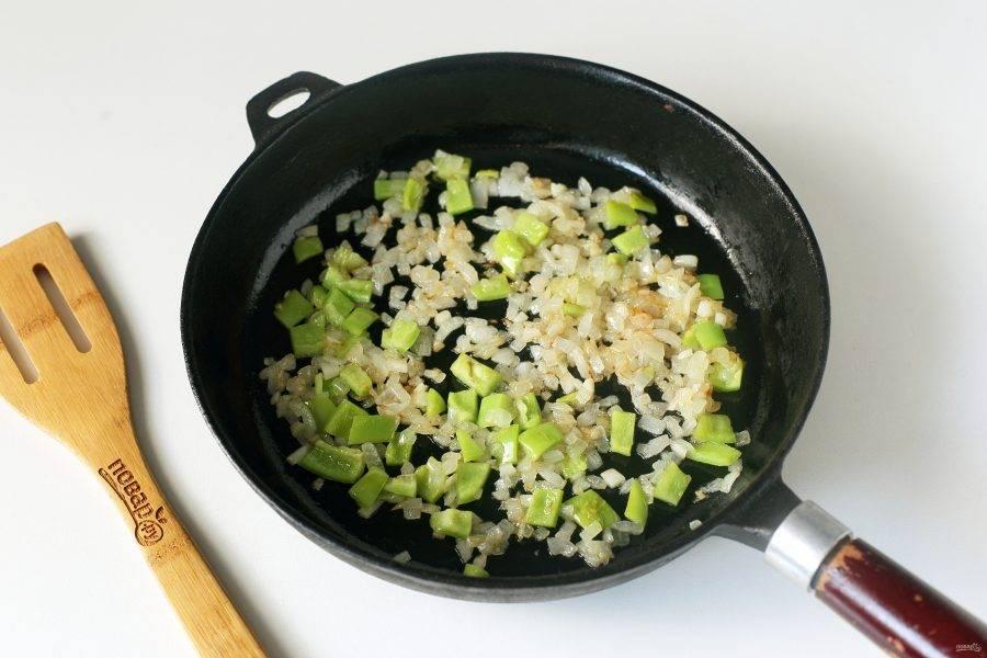 Затем добавьте нарезанный кубиками болгарский перец и измельченный ножом чеснок. Обжарьте все вместе до полной готовности.