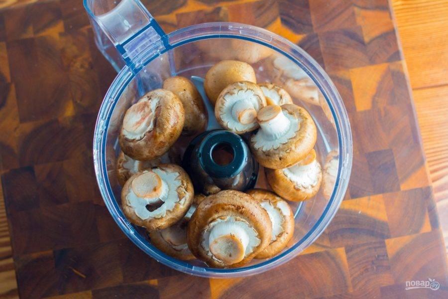 1.Вымойте грибы, очистите их от кожуры, обрежьте края плодоножки и переложите в чашу блендера, посолите.