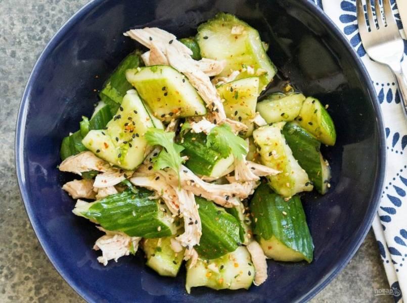 7.Подавайте салат сразу же, украсив его кунжутом, приятного аппетита!