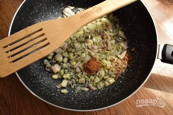 Разогрейте оливковое масло в глубокой  сковороде или сотейнике, обжарьте измельченный лук и чеснок в течение 2-ух минут. Добавьте специи, перемешайте.