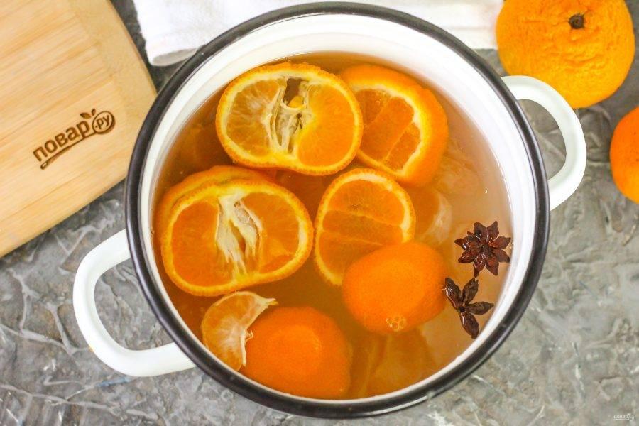Влейте воду в емкость и поместите ее на плиту, включая максимальный нагрев.