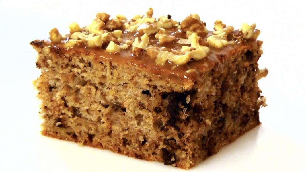 5. На полностью остывший пирог нанесите карамельный соус и посыпьте 1/3 частью орехов. Приятного аппетита!